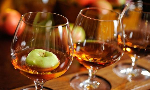 """Подробно о том, как сделать """"Кальвадос"""" в домашних условиях с использованием яблок"""