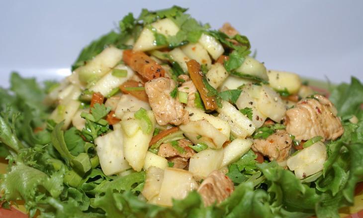 Салат из индейки с кунжутом, яблоком и морковью